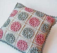 Dada's place: More crochet pillows Crochet Pillows, Crochet Pillow Cases, Beau Crochet, Crochet Home, Crochet Flower, Crochet Designs, Crochet Patterns, Pillow Patterns, Motifs Granny Square