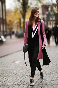Do like Andy Torres of Style Scrapbook and throw on a bright-colored coat over an all-black outfit this winter. Celebrity Outfits, Celebrity Style, Western Outfits For Women, Cute Thanksgiving Outfits, Black V Neck Sweater, Belle Silhouette, Estilo Blogger, Blogger Style, Style Scrapbook