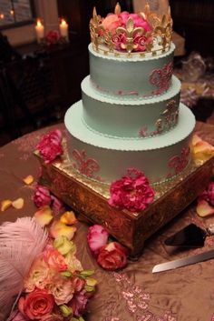 Marie Antoinette inspired cake. Bridal party theme? Awesome idea <3