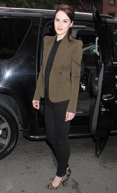 Michelle Dockery, awesome actress and I love this chic outfit Michelle Dockery, Celebrity Outfits, Celebrity Style, Downton Abbey, Black Blouse, Black Pants, Chic Outfits, Work Outfits, Dramatic Classic