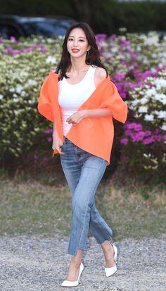 190502 Han Ye-seul Fashion - 'Big Issue' wrap up Girl Fashion, Fashion Looks, Womens Fashion, Airport Style, Airport Fashion, Han Ye Seul, Korean Actresses, White Tank, Korean Beauty