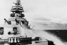 German battleship Tirpitz bow guns and bridge. Us Navy, Heavy Cruiser, Spiegel Online, Navy Ships, Submarines, Battleship, Vintage Travel, Ww2, Fighter Jets