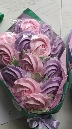 Meringue Pavlova, Meringue Desserts, Valentines Gift Box, Valentine Desserts, Icing Flowers, Sugar Flowers, Chocolate Meringue Cookies, Ballerina Cupcakes, Birthday Cake Writing