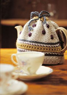 A simple to knit tea cosy worked in Moss stitch with a decorative lace panel, knitted bobbles and drawstring. Tea Cosy Knitting Pattern, Tea Cosy Pattern, Easy Knitting Patterns, Knitting Projects, Crochet Projects, Crochet Patterns, Scarf Patterns, Knitting Tutorials, Free Pattern