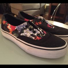 Van-antic! Size 7 VANS Era Floral/Black Size 7 Women's (5.5 Men's) VANS Era Floral/Black. Gently worn, great condition.! Add your own flair with new shoe strings! Red, pink, black..all look great with these beauties. Vans Shoes Sneakers