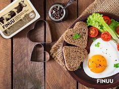 Żeby sadzone jajka były bardziej wyraziste w smaku usmaż je na plasterku solonego masła FINUU! Smacznego! #finuu #sniadanie #inspiracje