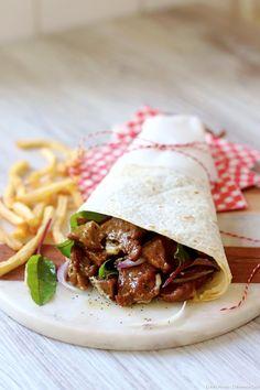 Seitan épicé - Composé exclusivement de gluten et d'aromates, le seitan est le plus étonnant des similicarnés : bien préparé, son goût comme son apparence rappellent la viande et il se cuisine comme telle. Il est plus économique fait maison.