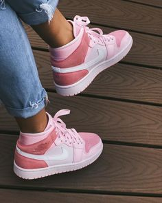 Cute Sneakers, Sneakers Mode, Pink Sneakers, Sneakers Fashion, Fashion Shoes, Cool Womens Sneakers, Retro Sneakers, Retro Shoes, Girls Sneakers