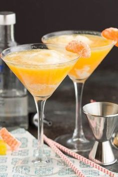 The Best Vodka Cocktails Everyone Should Know Dreamsicle Martini Recipe is a vodka cocktail made with ice cream and orange juice. It's fun summer time drink and can be made with or without the vodka! – Cocktails and Pretty Drinks Best Vodka Cocktails, The Best Vodka, Easy Cocktails, Cocktail Drinks, Cocktail Recipes, Vodka Martini, Best Vodka Mixers, Drink Recipes, Cocktails Made With Vodka