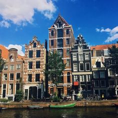 Beautiful canal houses in Amsterdam. Read how to find the perfect apartment in Amsterdam for expats in this guide to renting in Amsterdam! Amsterdam Living, Amsterdam Apartment, Amsterdam Houses, Amsterdam Netherlands, French Architecture, Amazing Architecture, Interior Architecture, Surf, Big Houses