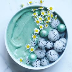 mint drink Use Spirulina to create this delicious, green Vegan mint choc smoothie bowl- For breakfast or a treat! You only need 6 ingredients and about 5 minutes to whip this smoothie bowl Yummy Smoothies, Smoothie Recipes, Breakfast Smoothies, Breakfast Healthy, Breakfast Bowls, Dragon Fruit Balls, Smothie Bowl, Bon Dessert, Yummy Food
