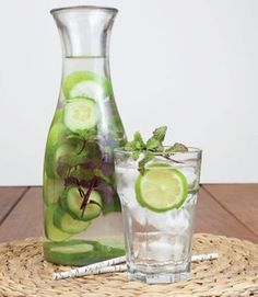 Cucumber, Mint and Lime-Infused Water Ingredients: cucumber, sliced 5 to 6 mint sprigs 4 lime slices 1 liter water ~~ by allParenting Lime Infused Water, Infused Water Recipes, Infused Waters, Flavored Waters, Healthy Smoothies, Healthy Drinks, Healthy Water, Cucumber Detox Water, Natural Detox Drinks