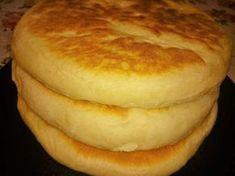 Ingrediente: 700 g de făină 300ml lapte 1 plic de drojdie uscată (8g) Cooking Bread, Bread Baking, Baby Food Recipes, Cooking Recipes, Good Food, Yummy Food, Romanian Food, Just Bake, Pastry And Bakery