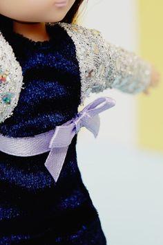 Kledingset Blue Velvet  Ook Lottie gaat graag naar een feestje. Ze trekt dan snel haar mooie feestjurk aan en is klaar voor het bal.   Deze kledingset bevat: een blauwe feestjurk, vestje en bijpassende schoenen.  De Lottie pop behoort niet tot de leveringsomvang.