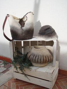 Una borsa, un cappello e un vaso      e una bustina. Lane bergschaf      e lana di pecora cornigliese         Particolare tecnica a intagl...
