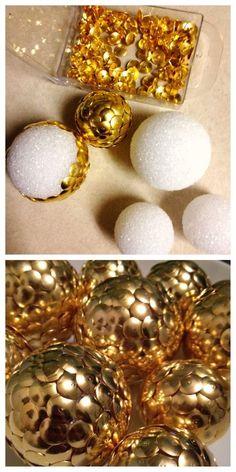 Schnelle Geschenk- oder Dekoidee zu Weihnachten: einfach mit goldenen Reißnägeln Styroporkugeln dicht an dicht bestücken.