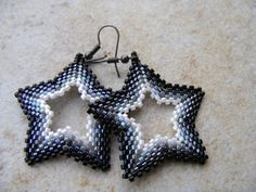 Hollywood Stars Peyote Earrings (Customizable in color) Seed Bead Patterns, Jewelry Patterns, Beading Patterns, Beading Tutorials, Beaded Christmas Decorations, Beaded Ornaments, How To Make Beads, Bead Art, Seed Beads