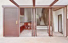 Finaliza la rehabilitación de una masía de 900m2 en el Empordà, Girona.El resultado es una casa de infinidad de salones, comedores y habitaciones donde la familiay sus frecuentes invitados puedan…