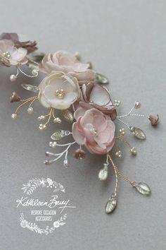 Corona di capelli floreale nuziale in taupe di rosa polveroso