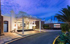 Vista nocturna de la entrada del hotel Holidays 2017, Canary Islands, Hotels, Mansions, House Styles, Design, Home Decor, Single Wide, Vacations