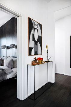 Uden for soveværelset ses et lille konsolbord, som Uffe Buchard har fået Toke Kunst og Kleinsmed i Kødbyen til at lave