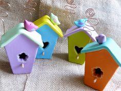 Casette uccellini in versione mini ( 7 x 3,5 cm) e coloratissime.  Sono fornite di spirale in rame per portafoto o bigliettino segnaposto.  ...