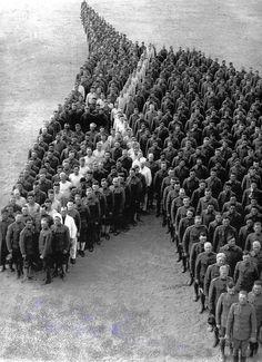 Кавалеристы в память о лошадях, погибших на войне, выстроились в фигуру, напоминающую голову лошади. США. 1917 год.