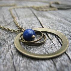 Collier Lapis lazuli et pendentif en métal bronze