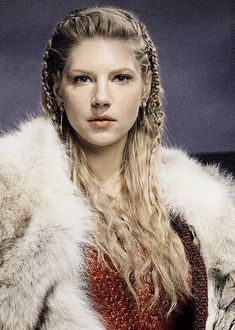 Vikings (series 2013 - ) Katheryn Winnick ✾ as Lagertha Shield maiden. Ragnar's first wife. Her second husband is Earl Sigvard of Scandinavia. Lagertha eventually becomes an Earl in her own right, Earl Ingstad. Vikings Lagertha, Lagertha Lothbrok, Katheryn Winnick, Cheveux Lagertha, Lagertha Hair, Bracelet Viking, Viking Jewelry, How To Draw Braids, Viking Braids