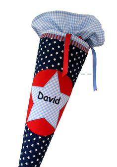Eine schlichte Schultüte für den ersten Schultag mit Name. Der Schultütenbezug wird aus Baumwollstoff genäht und mit Sternapplikation verziert.Der Papprohling, der in dem Bezug steckt, ist ca. 70...