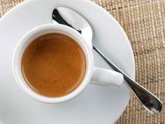 Kaffee ist ein echter Fettkiller – wenn man ihn ohne Milch und Zucker trinkt. Verantwortlich sind die zwei Inhaltsstoffe Koffein und Niacin. Die verbessern die Fettverbrennung mit dem Resultat, dass der Energieumsatz um bis zu 100 Kilokalorien gesteigert wird. Um von diesem Effekt zu profitieren, müssen Sie täglich zwei Tassen Kaffee trinken.