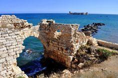 Este pequeño castillo encantador flota a un kilómetro y medio de la costa de Mersin. Según cuenta la leyenda local, supuestamente una vez un adivino le dijo a un rey que su hija sería envenenada y moriría, entonces él construyó el Kızkalesi (el castillo de la doncella) en el mar para protegerla de cualquier daño. (Spoiler: la princesa murió de todos modos.)