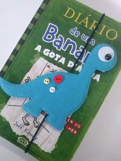 Moldes Marca paginas Dinossauros Felt Crafts Diy, Foam Crafts, Diy Arts And Crafts, Bear Felt, Felt Baby, Dinosaur Crafts, Dinosaur Party, 5 April, Felt Bookmark
