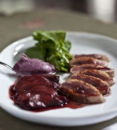 Que tal um jantar chique para a família ou amigos no final de semana? Fácil de preparar, o pato com pera ao vinho tinto é sucesso garantido