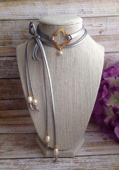 Collar estilo choker metalico.Black choker. Freshwater pearls choker with metalic suede cord. Choker necklace.