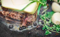 Przygotowanie dobrego steka wymaga doświadczenia. Świeże masło, zioła i cebula, proces kulinarny w trakcie!