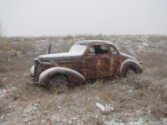 What an awesome car, left to rust. Black and 3 clear coats mmm yummy! Vintage Iron, Vintage Cars, Antique Cars, Rat Rods, Pin Up Girls, Junkyard Cars, Rust In Peace, Abandoned Cars, Abandoned Vehicles