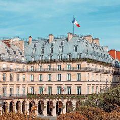 [Facade] ⚜️ - Discover Paris in the elegance & luxury of a 5-star hotel • [Façade] ⚜️- Découvrez Paris dans l'élégance & le luxe d'un hôtel 5 étoiles • #livingthereginalife #ThePreferredLife • #hotelreginaparis #leshotelsbaverez #cityoflights #paris #hotellovers #travel #traveltheworld #parisluxurylifestyle #parisianlife #parisjetaime #visitparis #livethefrenchway #hotellife #parisian #parislife #luxuryhotel #travelandleisure Five Star Hotel, 5 Star Hotels, The French Way, Best Location, Opera House, Culture, Building, Travel, Hotels