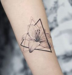 Lily Tattoo Design, Floral Tattoo Design, Flower Tattoo Designs, Tiny Tattoos For Girls, Small Tattoos, Cool Tattoos, Small Lily Tattoo, Best Tattoos, Lily Tattoo Sleeve