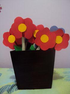 Ideia de cartão em forma de flor colado a uma lixa de unha para Dia das Mães (Primária SUD)