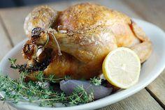 Geroosterde kip met honing en citroen -85 gram honing + 1 theelepel honing 2 eetlepels + 1 theelepel verse citroensap 2 eetlepels soya saus 1,3 kilo kip (kippenvleugels) Zout 9 grote rozemarijn takken 9 grote tenen knoflook, in partjes gesneden 1 citroen, gesneden in 12 partjes