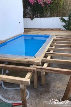 Comment aménager une terrasse bois avec piscine pour moins de 2000€ ? | L'Atelier by Brico Privé Natural Swimming Pools, Swimming Pools Backyard, Pool Spa, Hot Tub Backyard, Small Backyard Pools, Piscina Intex, Oberirdische Pools, Small Pool Design, Backyard Pool Designs