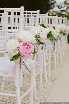 Decorazioni per le sedie di nozze per la cerimonia all'aperto