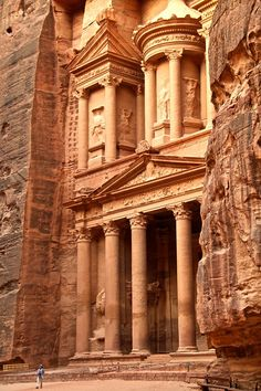 See the man? It gives you a great idea of the scale, no? The Treasury: the most photographed building in Petra, Jordan and yet you are just in awe when you discover it at the end of the Siq! Click for more photos and info