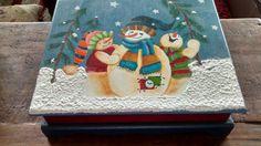 Caja Navidad                                                                                                                                                                                 Más Christmas Toys, Christmas Design, Merry Christmas, Beautiful Christmas Decorations, Handmade Christmas Decorations, Decoupage, Country Paintings, Wooden Crafts, Christmas Crafts