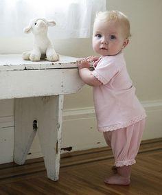 малышка с овечкой