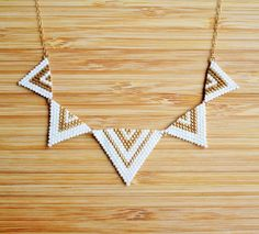 Gold plated necklace hand woven triangles Miyuki white mat and gold. Fine gold plated 14 k gold filled chain. Necklace length adjustable through an adjustment chain adorned with a White Pearl Swarovski Elements. Seed Bead Art, Seed Bead Jewelry, Bead Jewellery, Diy Jewelry, Metal Jewelry, Beaded Jewelry Patterns, Beading Patterns, Couture Cuir, Gold Diy