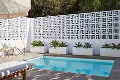 14 unique breeze block wall inspiration for housing that suit to apply as a fence, in the backyard or even inside the room. Cheap Privacy Fence, Privacy Screens, Pergola Screens, Pergola Roof, Diy Pergola, Breeze Block Wall, Inspiration Wand, Furniture Inspiration, Building Raised Garden Beds