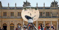 """20150605 - A obra """"Sky Mirror"""" (""""Espelho do Céu"""", em tradução livre) do indiano radicado na Inglaterra Anish Kapoor é vista nos jardins do Palácio de Versalhes, em Versalhes, França. A exposição """"Kapoor Versailles"""" mostra obras do artista até 1º de novembro  PICTURE: Charles Platiau/Reuters"""