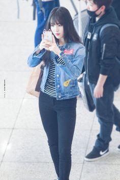 Denim Jacket with Black Pants Airport Fashion of Gfriend Yuju Kpop Girl Groups, Korean Girl Groups, Kpop Girls, Korean Jeans, Meeting Outfit, Airport Style, Airport Fashion, Gfriend Yuju, Pop Fashion